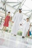 Een mens Van het Middenoosten met twee kinderen het winkelen stock afbeelding
