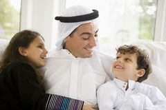 Een mens Van het Middenoosten met zijn kinderen Royalty-vrije Stock Foto's