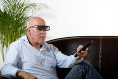 Een mens van rijpe TV van het leeftijdshorloge Royalty-vrije Stock Fotografie