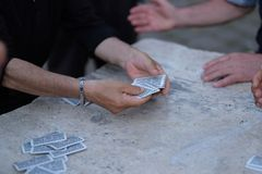Een mens verdeelt kaarten aan spelers royalty-vrije stock fotografie