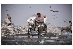 Een mens verzamelt stof van krottenwijk in Sylhet Bangladesh royalty-vrije stock afbeelding