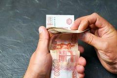Een mens vindt een bankbiljet 5000 roebels Plaats voor uw tekst royalty-vrije stock foto's