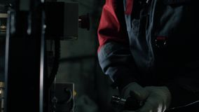 Een mens vouwt de kabel in de automatische kabelsnijmachine Automatische robotachtige complexe besnoeiingen de kabel stock video