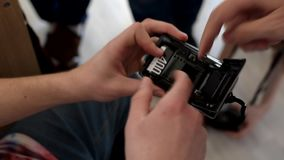 Een mens vult de film in de camera Retro camera stock footage
