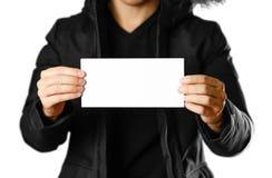 Een mens in een warm de winterjasje die een wit pamflet houden Leeg document Sluit omhoog Geïsoleerdj op witte achtergrond royalty-vrije stock fotografie