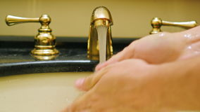 Een mens wast van hem indient de gootsteen in de badkamers stock video