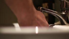 Een mens wast zijn handen stock footage