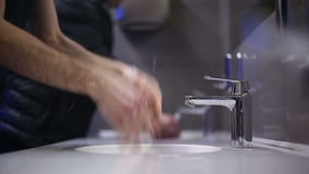 Een mens wast zijn handen en gezicht Langzame Motie stock videobeelden