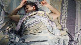 Een Mens wekt van Nachtmerrie, Slechte Droom en Rusteloze Slaap bij Nacht stock foto