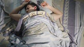 Een Mens wekt van Nachtmerrie, Slechte Droom en Rusteloze Slaap bij Nacht stock video