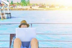 Een mens werkt aan vakantie stock afbeeldingen