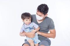 Een mens is ziek en hij draagt hygiënisch masker voor beschermt kinderen wordt ziek royalty-vrije stock afbeeldingen