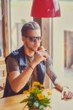 Een mens zit bij de lijst in een koffie royalty-vrije stock foto