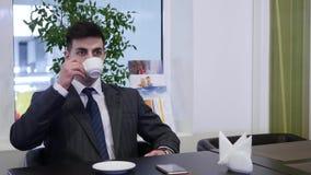Een mens zit bij een lijst in de koffie en de drank coffe stock footage
