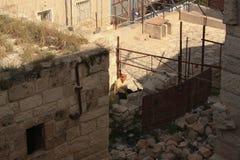 Een mens zit in zijn vernietigd Huis in Beit Hanoun, Gaza, oc stock fotografie