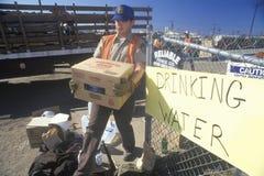 Een mensen dragend drinkwater weg Stock Foto