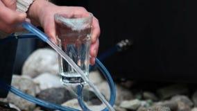 een mensen gietend water in het glas stock videobeelden