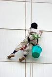 Een mensen schoonmakende vensters op een hoog stijgingsgebouw Royalty-vrije Stock Afbeelding