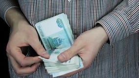 Een mensen tellend geld, close-up stock videobeelden