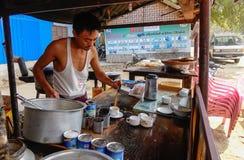 Een mensen verkopende koffie op straat in Inlegsel, Myanmar Royalty-vrije Stock Fotografie