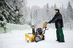 Een mensen werkende sneeuwblazer Stock Afbeelding