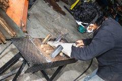 Een mensenarbeidersbeweging met staallassen stock foto's