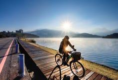 Een mensencycli over het Meer van de Zonmaan, Taiwan royalty-vrije stock fotografie