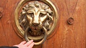 Een mensens hand opent de deur, een close-upfoto De hand houdt op het antieke metaalhandvat Oude Deurknop stock footage