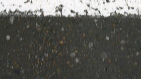 Een Mensenstap over een weg door zebrapad of gestreepte kruise/in een stad voetgangersoversteekplaats stock video