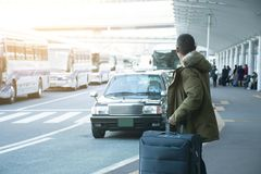 Een mensentoerist wacht taxi voor de Luchthaven van Tokyo royalty-vrije stock foto
