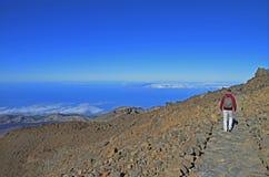 Een mensentrekking op de vulkaan Royalty-vrije Stock Foto
