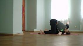 Een mensenyoga maakt zich het gezonde uitrekken in de studio stock video