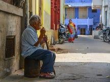 Een mensenzitting bij oude stad in Jodhpur, India stock foto
