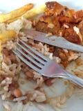 Een mes en een vork op het voedsel Royalty-vrije Stock Foto's