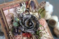 Een met de hand gemaakte kaart met een dreamcatcher, bloemen en veren royalty-vrije stock afbeelding