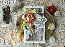 Een met de hand gemaakte kaart met een dreamcatcher, bloemen en veren royalty-vrije stock foto's