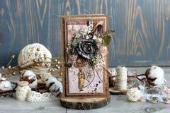 Een met de hand gemaakte kaart met een dreamcatcher, bloemen en veren Stock Fotografie