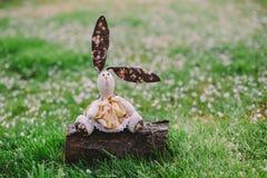 Een met de hand gemaakte konijnpop Stock Foto's