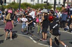 Een met een skateboard rijdende groep kinderen in Margate Carnaval stock foto's