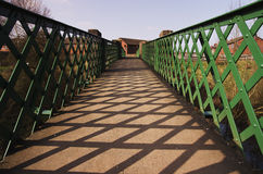 Een metaal, groene voetgangersbrug Stock Afbeeldingen