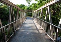 Een metaalbrug Stock Foto's