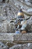 Een metaallamp bevindt zich op de steenoppervlakte van een oude crypt Stock Fotografie