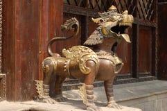 Een metaalschepsel bewaakt een de bouwingang in Patan, Nepal stock afbeeldingen