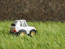 Een metaalstuk speelgoed parkeerterrein op groen grasgebied Royalty-vrije Stock Foto's