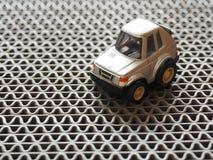 Een metaalstuk speelgoed parkeerterrein op ruwe vloer Royalty-vrije Stock Afbeeldingen