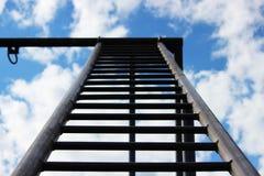 Een metaaltrap gaat naar de hemel Een deel van de bouw voor sportenactiviteiten dichtbij het politiebureau Stock Foto