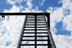 Een metaaltrap gaat naar de hemel Een deel van de bouw voor sportenactiviteiten dichtbij het politiebureau Stock Afbeelding