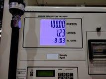 Een meter die tarief van benzine tonen bij benzinepomp in India stock foto