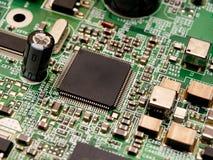 Een microchip op een kringsraad royalty-vrije stock afbeelding