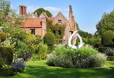 Een middeleeuwse Engelse Manor en een Tuin stock fotografie